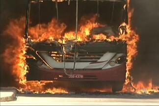 Ônibus é incendiado durante desocupação de conjunto habitacional, no sudoeste da Bahia - Situação ocorreu na cidade de Vitória da Conquista. Cobrador ficou ferido. Desocupação foi determinada pela Justiça.