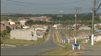 Trio é preso após roubar carro e manter vítima refém em Guaratinguetá, SP - Policiais prenderam os suspeitos, mas vítima foi abandonada em estrada. Segundo a Polícia Militar, vítima voltou a pé para sua casa.