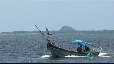 Acompanhe um passeio de barco pela Ilha do Mel - Várias praias do litoral paranaense têm também programação noturna durante a temporada.