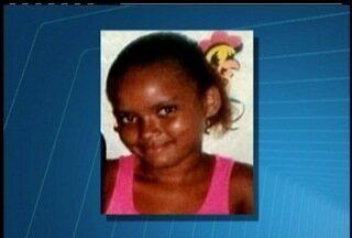 Menina de 11 anos morre em tiroteio em comunidade de Campos, RJ, é enterrada - Criança estava na frente de casa quando foi atingida.Dois suspeitos foram presos pela polícia.