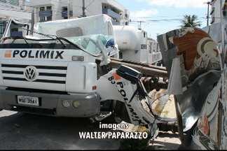Guindaste cai sobre caminhão em João Pessoa - Na hora do acidente o motorista não estava na cabine e ninguém passava pelo local.