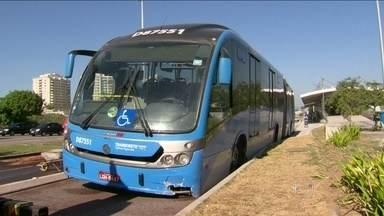 Acidente no BRT Transoeste deixa 12 pessoas feridas na Barra da Tijuca - O pneu de um ônibus furou e o motorista perdeu a direção. A faixa exclusiva ficou fechada durante a manhã desta sexta-feira (31). Desde que começou a operar, o sistema já recebeu várias críticas dos usuários.