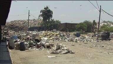 Lixo acumulado no Sambaiatuba, em São Vicente, começa a ser retirado - Prefeitura fechou contrato com a empresa que vai fazer o serviço.