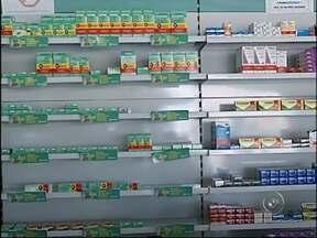 Consumidores poderão escolher remédios na hora da compra - Os medicamentos similares poderão servir de substitutos aos medicamentos de referência, como já ocorre com os produtos genéricos. Agora uma medida da Anvisa prevê que, independentemente da classificação, os remédios poderão ser escolhidos.