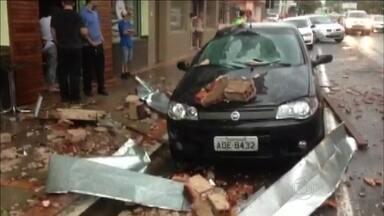 Temporal provoca estragos na Região Metropolitana de Porto Alegre - Em Novo Hamburgo, a chuva com vento e granizo derrubou postes e árvores e estilhaçou vidraças de prédios. Não há registro de feridos.