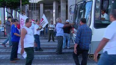 Em protesto contra sindicato, motoristas fazem paralisação de ônibus no Grande Recife - Alguns passageiros ficaram a pé e o trânsito ficou complicado.