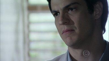 Félix recusa convite de Paloma para voltar a trabalhar no hospital - Mesmo grato, ele explica para a irmã que pretende dar um novo rumo para sua vida. Lutero avisa que César teve um AVC