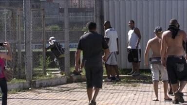 Torcedores invadem centro de treinamento do Corinthians - Cem torcedores invadiram o centro de treinamento do time. Alguns fizeram um buraco na grade e outros pularam o portão. Os jogadores tiveram que ser levados para um local seguro.