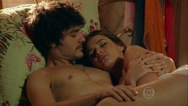 Em Família - Capítulo de terça-feira, dia 04/02/2014, na íntegra - Laerte se esconde no quarto de Helena e os dois dormem juntos