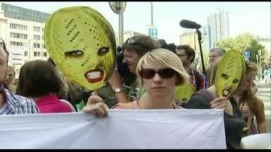Ativistas gays fazem protesto contra governo russo - A dois dias das Olimpíadas de Inverno de Sochi, ativistas gays do mundo inteiro fazem um protesto contra o governo russo. O alvo do protesto é a polêmica lei que pune a chamada propaganda gay.