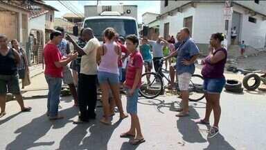 Moradores protestam na Rodovia José Sette, em Cariacica, ES - A rodovia ficou fechada por várias horas.