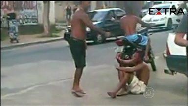 Vídeo mostra homem matando suspeito de roubo à luz do dia no RJ - O assassino chega na garupa de uma moto e a vítima é executada com três tiros. As imagens divulgadas pelo Jornal Extra foram feitas em Belford Roxo, na Baixada Fluminense, região onde a milícia e o tráfico agem.