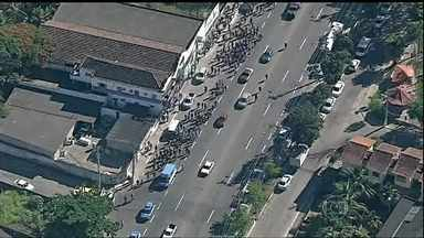 Operários do Comperj são baleados durante protesto no Rio - Manifestantes pediram melhores condições de trabalho e reajuste salarial. Testemunhas contam que homens encapuzados pararam perto dos operários, perguntaram se eles ainda estavam em greve e um deles atirou.