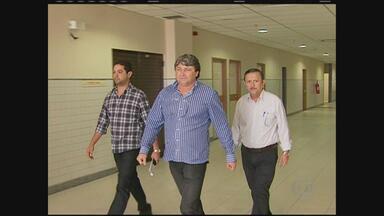 Após decisão da Justiça, dois vereadores de Caruaru deixam a prisão - Eles são suspeitos de receber dinheiro para arquivar o pedido de uma CPI.