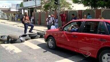 Protesto por melhoria em bairro fecha rodovia José Sette, no ES - Ruas do bairro Prolar, em Cariacica, ainda não estão asfaltadas. Um representante da prefeitura esteve no local e prometeu uma solução.