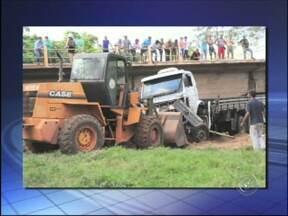 Internauta registra remoção de caminhão que caiu de ponte - A internauta Lucimara Dorte enviou ao G1, nesta quinta-feira (6), fotos que mostram o trabalho de remoção de um caminhão que caiu em um rio depois de despencar de uma ponte em Itaporanga (SP). O acidente ocorreu na quarta-feira (5).