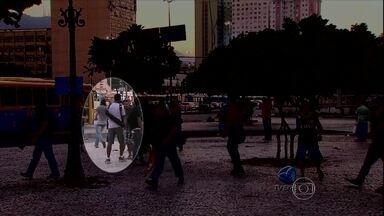 Vídeo reforça versão de que cinegrafista foi atingido por rojão no Rio - Nas imagens feitas pela TV Brasil, dois rapazes aparecem passando um artefato para o outro e, logo em seguida, se misturam a um grupo maior. Um fotógrafo acusou um Black bloc como o autor do disparo do rojão.