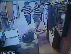 Criminosos que assaltaram joalheria no Sul do ES permanecem sem serem identificados - As câmeras de segurança filmaram toda a ação dos suspeitos.