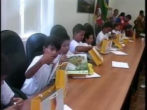 Projeto da Defesa Civil cria turma de defensores mirins em Rio Grande, RS - Meninos e meninas aprenderam lições de cidadania.