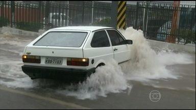 Enxurrada assusta motoristas em Anápolis (GO) - A força da água arrastou carros, motos e uma pessoa na rua. Em Erechim, no norte do Rio Grande do Sul, um temporal derrubou árvores e destelhou casas.