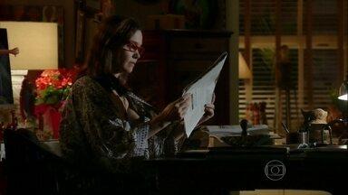 Em Família - Capítulo de quinta-feira, dia 13/02/2014, na íntegra - Helena lê o jornal com a notícia sobre Laerte