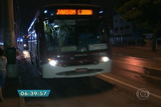 Atos de vandalismo assustam passageiros de transporte coletivo na Zona Sul da capital - Uma equipe do BDSP embarcou na mesma linha e no mesmo horário em que um ônibus foi incendiado na quarta-feira à noite, no Capão Redondo, na Zona Sul da capital.