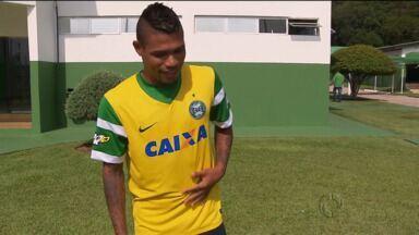 Júnior Urso se despede do Coritiba, mas lança camisa amarela do time - Júnior Urso se despede do Coritiba, mas lança camisa amarela do time