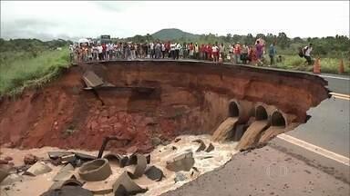 Chuva causa enorme cratera na rodovia Belém-Brasília - A estrada está interditada próxima à cidade de Imperatriz, no Maranhão. Equipes do DNIT trabalham no local.