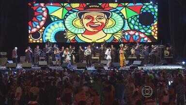 Baile Municipal do Recife reúne milhares de foliões nos 50 anos da festa - Fantasias marcaram a festa, animada por artistas como Mestro Spok, Elba Ramalho e Antônio Carlos Nóbrega.