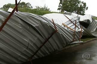 Tempestade arranca teto de shopping em Sorocaba neste domingo (23) - Já choveu fraco em alguns pontos da Grande São Paulo nesta segunda (24). O motivo são áreas de instabilidade que estão sobre o estado. Temperaturas ficarão altas, com máxima prevista de 32 graus.
