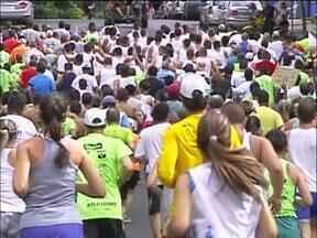 Centenas de pessoas participam da Corrida da Marinha em Foz do Iguaçu - Essa corrida foi realizada de forma simultânea em várias outras cidades do país. É uma forma de promover a prática esportiva e a interação entre as forças armadas e a sociedade.