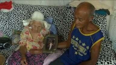 História de amor de idosos de Inhaúma é exemplo para vizinhos - A ex-empregada doméstica Iracema, de 88 anos e o catador Mário, de 61, são apaixonados um pelo outro. Vizinhos admiram o cuidado que o marido tem com a esposa, até mesmo na hora que sai para trabalhar.
