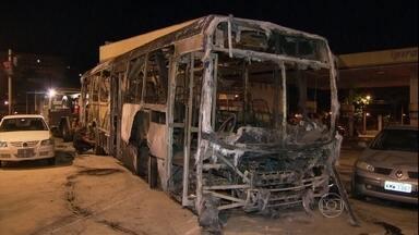 Contêiner de UPP é queimado em comunidade do RJ - Durante protestos, um contêiner, três ônibus e um carro foram queimados. Manifestação começou depois de um confronto entre policiais e bandidos. Uma menina, de 7 anos, foi atingida de raspão por uma bala perdida.