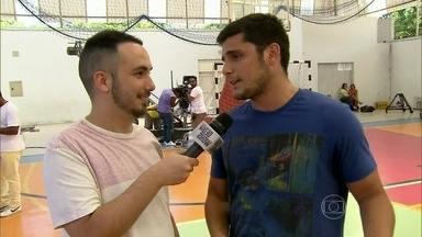 Bruno Gissoni fala sobre seu personagem de 'Em Família' - Confira bastidores da cena de vôlei na novela
