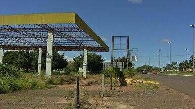 Campo Grande tem vários postos de combustíveis abandonados - Além da possibilidade de se transformarem em focos de mosquito, esses locais se tornam cenário para prática de crimes. O abandono pode ainda trazer prejuízo para o meio ambiente e causar até explosões.