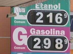 Preço do álcool dispara nos postos de combustíveis. Esse é o destaque do Paraná Tv de hoje - O preço do litro chega quase aos R$ 2,20. Muitos motoristas querem saber o motivo desse aumento. É o que você acompanha no Paraná Tv, a partir das 19h20.