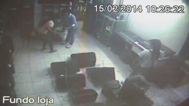 Câmeras flagram furto de quadrilha em loja no Centro do Recife - Quatro mulheres e um homem conseguiram roubar equipamentos eletrônicos.