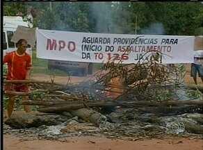 Indígenas da região norte do Tocantins fecham estrada para cobrar asfalto - Indígenas da região norte do Tocantins fecham estrada para cobrar asfalto
