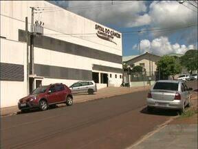 Homens tentam dar golpe em marido de paciente com câncer em Beltrão - A vítima foi abordada na saída do Hospital do Câncer. Os golpistas pediram cinco mil reais pelo tratamento.