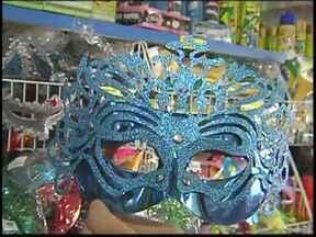Demanda da Copa e dólar fazem preços de artigos do Carnaval subirem no noroeste paulista - A demanda por produtos da Copa e o dólar mais alto podem ter influenciado, para cima, os preços dos artigos de Carnaval. Quem trabalha com eventos está usando muita criatividade para manter o brilho da festa.