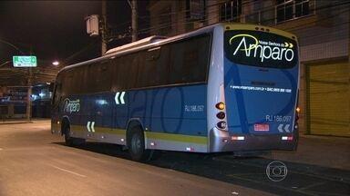 Ônibus é assaltado na Ponte Rio-Niterói na noite desta segunda (24) - O ônibus executivo que faz a linha Castelo X Itaipuaçu, com quase 60 passageiros, atravessava a ponte quando os criminosos anunciaram o assalto. Um policial militar reformado reagiu e foi baleado na cabeça.
