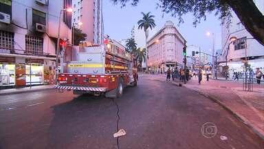 Bombeiros controlam princípio de fogo em lanchonete, no Centro de Belo Horizonte - Incêndio começou em fritadeira na sobreloja do comércio.