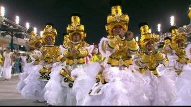 """""""Renascer de Jacarepaguá"""" traz comissão de frente em homenagem ao Salgueiro - A escola """"Renascer de Jacarepaguá"""" tem """"baianas vista do alto"""" na comissão de frente. A abertura do desfile é inspirada no Salgueiro, campeão de 1967."""