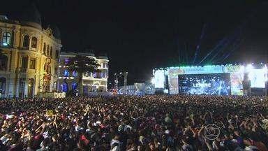 Gilberto Gil, Lenine, Fafá de Belém e André Rio foram atrações no Marco Zero no sábado - Energia vinha do palco e do público, que pulou e dançou.