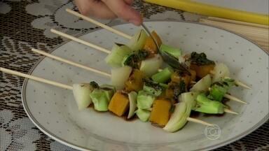 Aprenda a fazer molhos para dar gosto a espetinhos saudáveis - A chef de cozinha Mayra Abucham usa em suas receitas ingredientes diferentes como batata doce, abobrinha, berinjela, abóbora, brócolis e frutas.