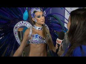 30 segundos de carnaval: Thaila Ayala conta o segredo da boa forma e mostra samba no pé - A musa da Vila Isabel afirma que cada um tem que aceitar o corpo que quer e com o qual é feliz. 'O negócio é se aceitar', completa. A atriz também fala que vem protegida com tapa-sexo para qualquer imprevisto.