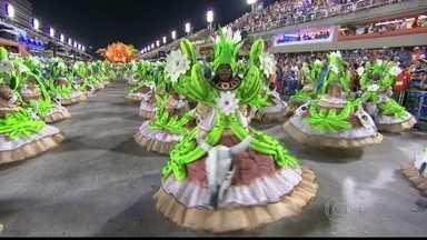 Ala das baianas da Vila representa o mandacaru em flor - Para acabar com a seca, a flor do mandacaru anuncia a chuva. Sinal de esperança e fartura, e as baianas da Vila giram em comemoração.