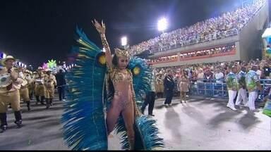 Sabrina Sato é a rainha de bateria da Vila Isabel - A apresentadora chama atenção de diversos fotógrafos durante o desfile.