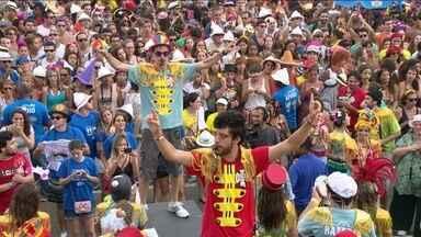 Sargento Pimenta leva mais de 120 mil pessoas ao Aterro do Flamengo - Com 104 caixas de som e 100 ritmistas, o Sargento Pimenta reuniu uma multidão no Aterro do Flamengo. Músicas dos Beatles foram cantadas ao ritmo de samba.