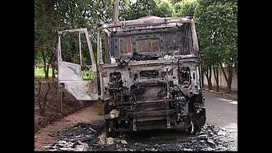 Veículos são queimados no centro-oeste paulista - Uma onda de ataques a carros, ônibus e caminhões assusta os moradores do centro-oeste paulista. De domingo à madrugada de terça-feira (4), 14 veículos foram incendiados.